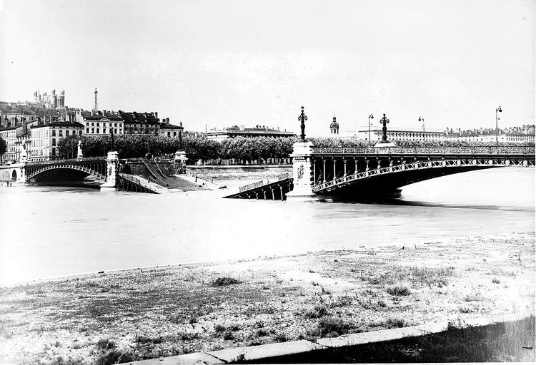 [Pont de l'Université, l'arche dynamitée]. [Septembre 1944]. 1 photogr. pos. : n. et b. (AM Lyon. 3 Ph 170)