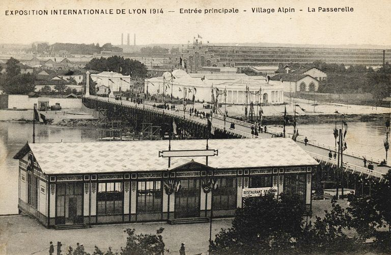 Exposition internationale de Lyon 1914 -Entrée principale - Village alpin - La Passerelle. 1914. 1 impr. photoméc. (carte postale) : n. et b. (MdFR. Collection Dürrenmatt, CP DUR 1603)