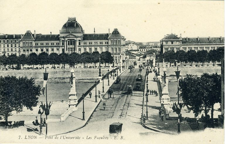 7. Lyon - Pont de l´Université - Les Facultés / E.R. édit., [avant 1910]. 1 impr. photoméc. (carte postale) : n. et b. (MdFR. Collection Rondeau, CP RON 0892)