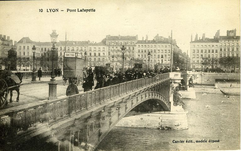 10. Lyon - Pont Lafayette / Carrier édit., [avant 1920]. 1 impr. photoméc. (carte postale) : n. et b. (MdFR. Collection Rondeau, CP RON 0552)