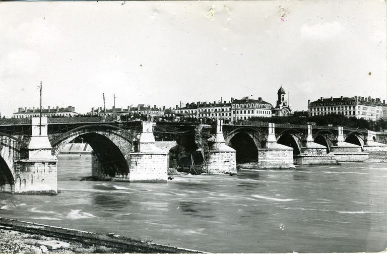 [Ponts meurtris, pont de la Guillotière]. [Ca 1945]. 1 impr. photoméc. (carte postale) : n. et b. (MdFR. Collection Rondeau, CP RON 0994)