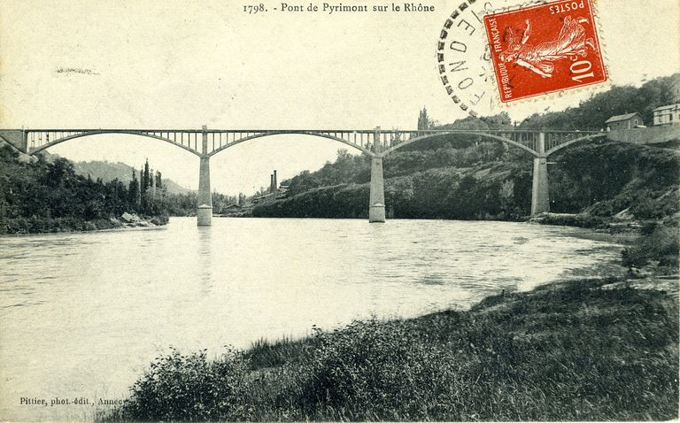 Ancien pont routier de Pyrimont (Chanay, Ain) ; pont à poutre cintrée (1905). Carte postale ancienne Pittier phot. édit. (MdFR. Collection Rondeau, CP RON 0235)