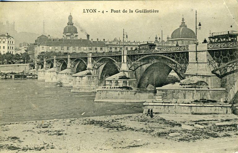 Lyon - 4 - Pont de la Guillotière. [Avant 1930]. 1 impr. photoméc. (carte postale) : n. et b. (MdFR. Collection Rondeau, CP RON 0548)